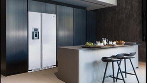 Mit dem Einbausatz können Sie einen amerikanischen Kühlschrank in Ihrer Küche installieren